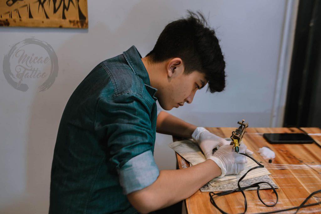 Học viên được thực hành trong khóa dạy - Micae tattoo