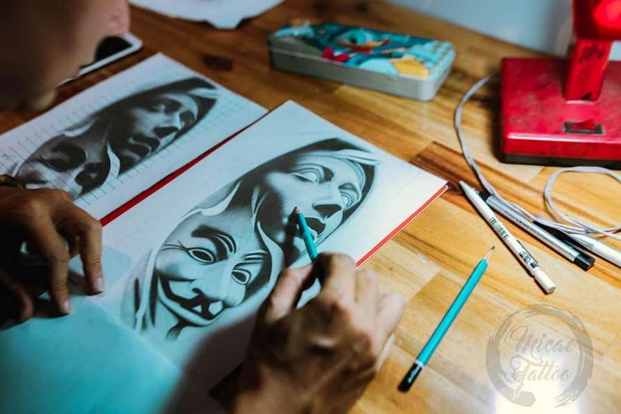 Thực hành học xăm - học viên vẽ trên giấy